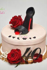 tort na urodziny – minsk mazowiecki – figurka szpilki – figurka buta – tort 3d – tort pudełko na szpilki 40 lat