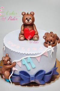 tort urodzinowy – urodziny dziecka – minsk mazowiecki – figurki misia – bawiace sie misie – wstazka i kokardka – pastelowe kolory – tort dla chlopca