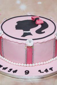 tort urodzinowy – urodziny dziecka – minsk mazowiecki 0 dziewczynka z kucykiem – ozdoby z kwiatkow – korale z masy – kokardka rozowo bialy – tort dla dziewczynki