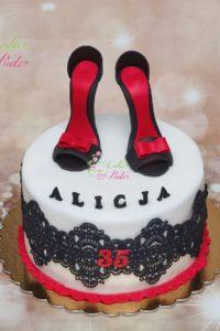 tort urodzinowy – tort na urodziny – mińsk mazowiecki – masa cukrowa – jadalna koronka – figurka 3d – figurki butow – figurka szpilki – czerwono czarny