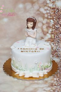 tort na komunia swieta – minsk mazowiecki – figurka dziewczynki – jadalna wstazka – jadalna kokardka – dekoracja trawa i kwiatki