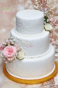 tort ślubny – tort piętrowy – tort z masą cukrową -mińsk mazowiecki – ozdobiony kwiatami – rzeźbiony – lukier królewski
