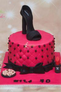 tort urodzinowy – tort na rocznicę – mińsk mazowiecki – masa cukrowa – ręcznie rzezbiony – figurka 3d – figurka szpilki – but – figurka buta – czerwony czarny – kosmetyki – szminka