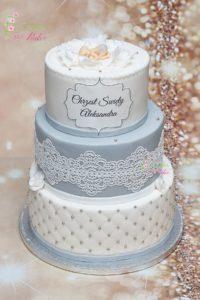 tort na chrzest swiety – komunia swieta – minsk mazowiecki –  recznie wykonane ozdoby – figurka niemowle – dziecko w kwiatku – platki kwiatu – jadalna koronka – pikowany tort – tort pietrowy – ozdobny napis – chrzest swiety – tort dla chlopca