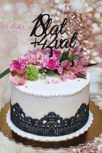 tort urodzinowy – tort na rocznicę – mińsk mazowiecki – jadalna koronka- świeże kwiaty – 18 lat plus 42 vat topper – topper – tort dla kobiety – masa cukrowa