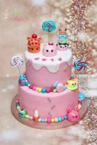 tort na urodziny – urodziny dziecka – minsk mazowiecki – figurki num noms – lizaki bezowe – slodkie ozdoby – tort piętrowy – tort dla dziewczynki